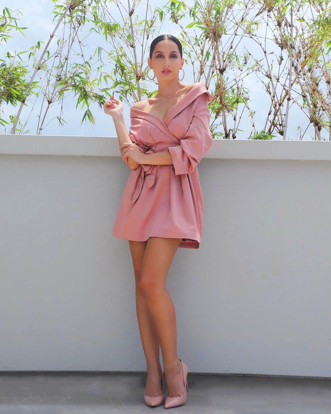 nora fatehi hot pic in pink dress
