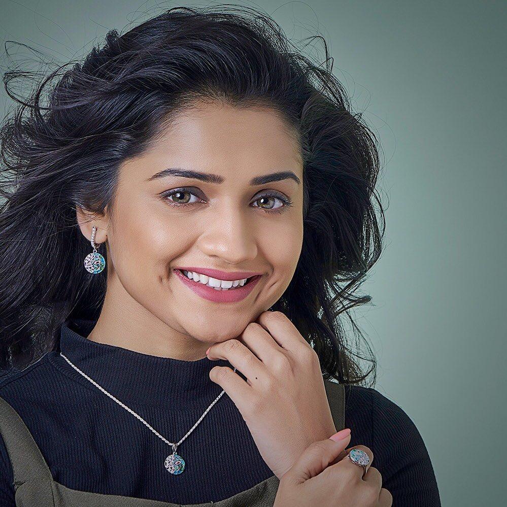 Hruta Durgule marathi actress 4