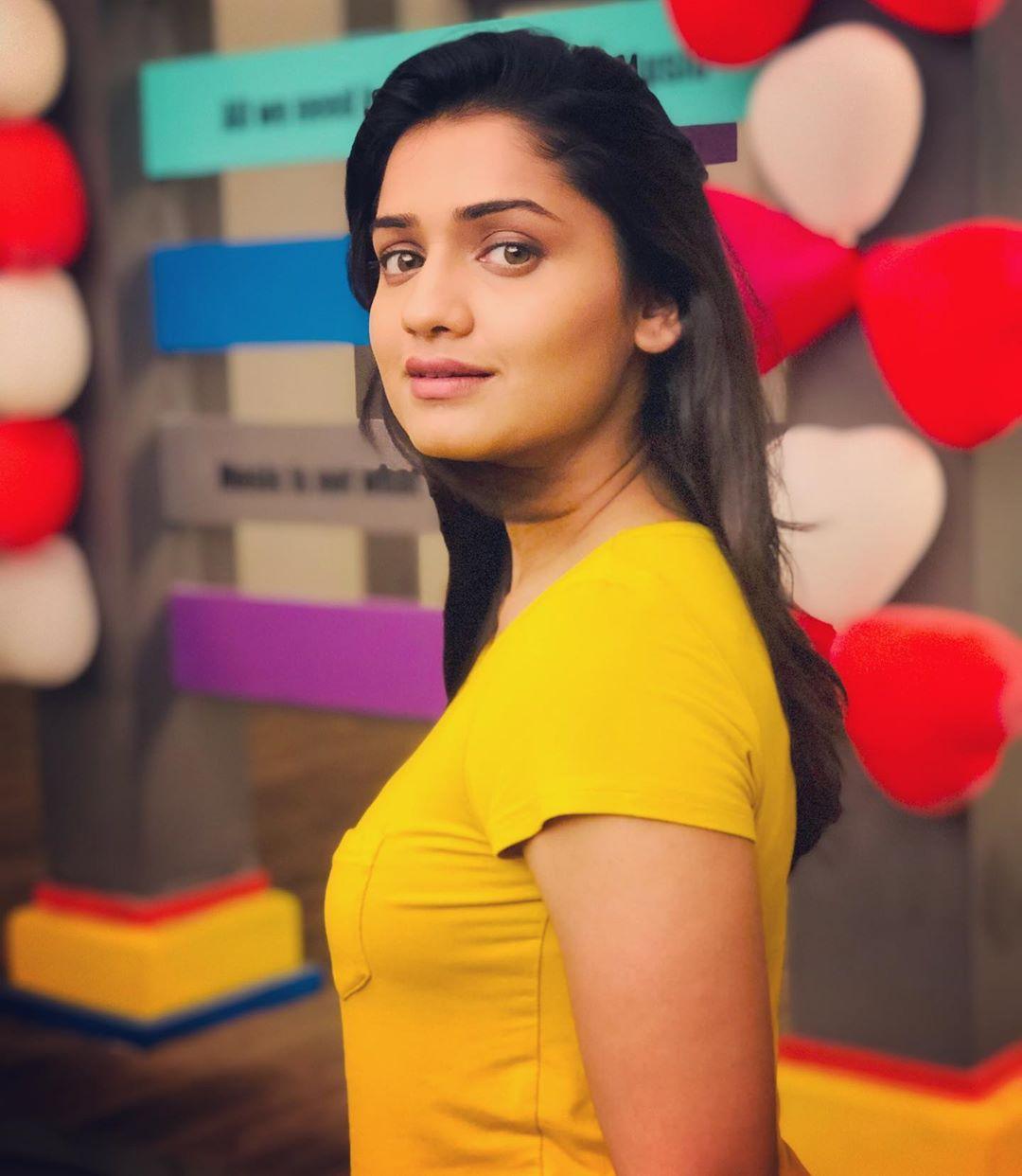 Hruta Durgule marathi actress 24